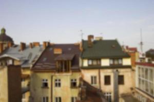 Blick vom Dach auf die Häuser in Lemberg. unscharfer Hintergrund foto