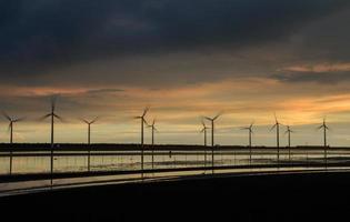 Windturbinenschattenbild bei Sonnenuntergang foto