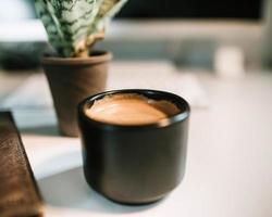 Kaffee in schwarzer Keramikbecher