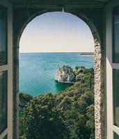 Bäume, Felsen und Gewässer durch das Fenster gesehen foto