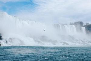 Wasserfall und bewölkter blauer Himmel