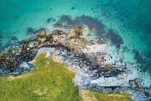 Luftaufnahme von grünen und braunen Felsformationen