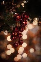 Nahaufnahme der roten Weihnachtskugeln