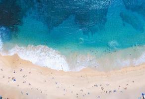 Luftaufnahmen von schwimmenden Menschen foto