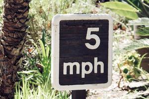 schwarz und weiß 5 Meilen pro Stunde Zeichen