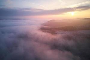 weiße Wolken über Bergen während des Sonnenuntergangs