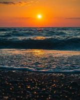 Meereswellen krachen an Land foto