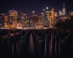 Skyline von New York City bei Nacht foto