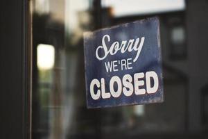 Entschuldigung, wir haben ein geschlossenes Schild an der Glastür foto