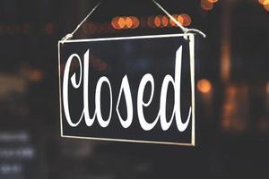 geschlossenes Schild im Geschäftsfenster foto