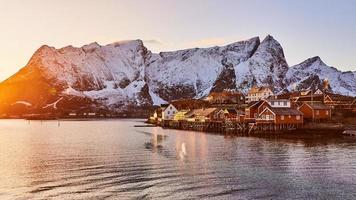 braunes Holzhaus auf Gewässern nahe Bergen foto