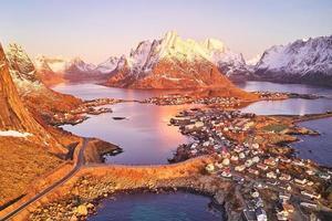 kleines Dorf, umgeben von Wasser und Bergen