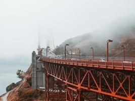 neblige Ansicht der goldenen Torbrücke foto