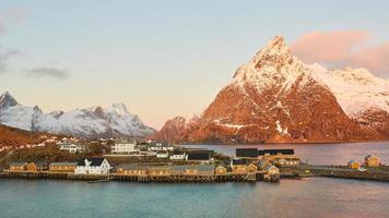 braunes hölzernes Dock auf See nahe braunen Bergen foto