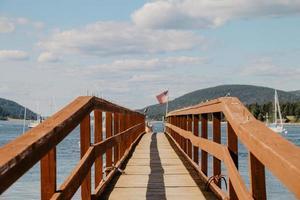 Dock mit Geländer in der Nähe von Booten während des Tages