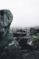 Steinformation in der Nähe von Aussichtsplattform foto