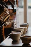 heißes Wasser wird in Tassen gegossen