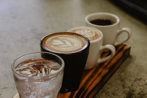 Getränke auf Holzbrett foto