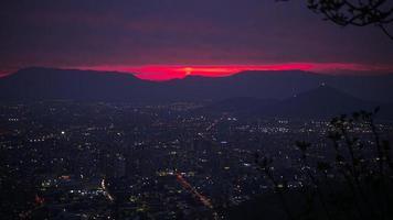 Stadt mit Hochhäusern während des Sonnenuntergangs foto