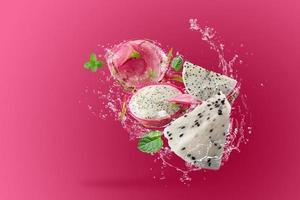 Wasser spritzt auf Drachenfrucht foto