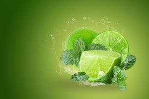Limonade spritzt auf grüne Limetten foto