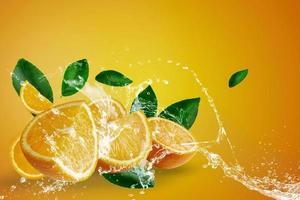 Wasser spritzt auf frisch geschnittene Orange