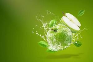 Wasser spritzt auf frischen grünen Apfel foto