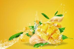 Wasser spritzt auf frisch geschnittene Mangofrüchte