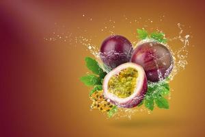 Wasser spritzt auf Passionsfrucht foto