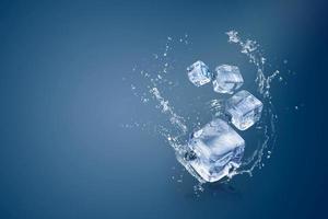 Wasser spritzt auf Eiswürfel