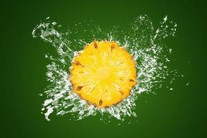 Wasser spritzt auf geschnittene Ananas foto