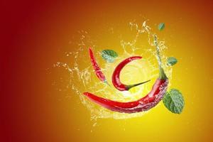 Wasser spritzt auf roten Chili foto
