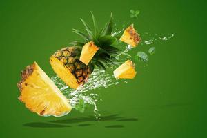 Wasser spritzt auf frische Ananas foto