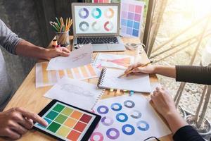 Zwei junge Designerkollegen arbeiten an einem Modeprojekt