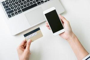 Frau mit Smartphone für Online-Shopping foto