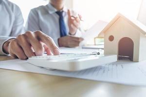 Agent hält Kreditinvestitionsdiagramm Grafik