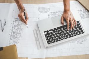 Hände des Architekten, der an einem neuen Projekt arbeitet foto