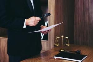 männlicher Anwalt liest Rechtsvertrag foto