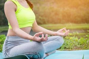 junge Fitnessfrau, die Yoga praktiziert