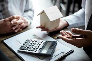 Immobilienmakler und Kunde