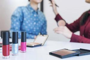 Beauty-Blogger mit Pinsel auf Videoaufnahme