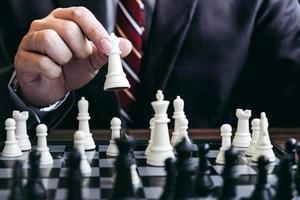 Nahaufnahme des Geschäftsmannes, der Schachspiel spielt