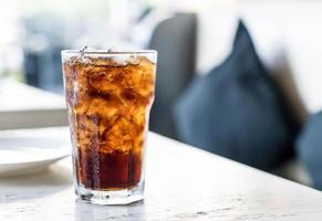 gefrorene Cola auf dem Tisch foto