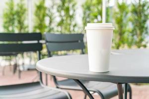 einzelne weiße Kaffeetasse auf dem Tisch foto