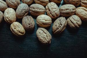 Nüsse über einem dunklen Hintergrund foto