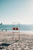 Rettungsschwimmerstühle am Strand im Sommer foto