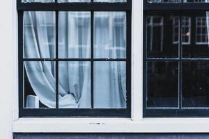 Glasfenster mit schwarzem Metallrahmen foto