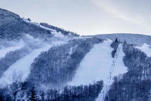 schneebedeckter Berg unter bewölktem Himmel während des Tages foto