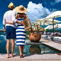 Paar in der Nähe des Pools foto