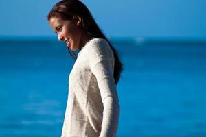 multiethnisches junges Mädchen im Pullover nahe Wasser foto